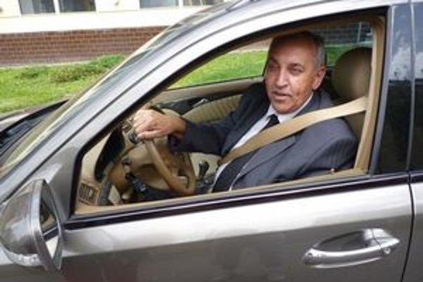Ľubomír Kováčik. Na pohreb prišiel z Nitry. V poslednej chvíli zabránil odtiahnutiu svojho auta. Pokuta 83 eur ho aj tak neminula.