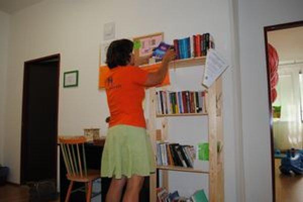 Malá knižnica. Osemdesiat percent z kníh je odborná literatúra, zvyšok beletria.