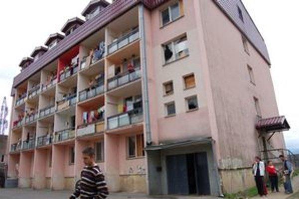 Bytovka na Budovateľskej vo Vranove. Mladík preletel cez sklenú výplň okna.
