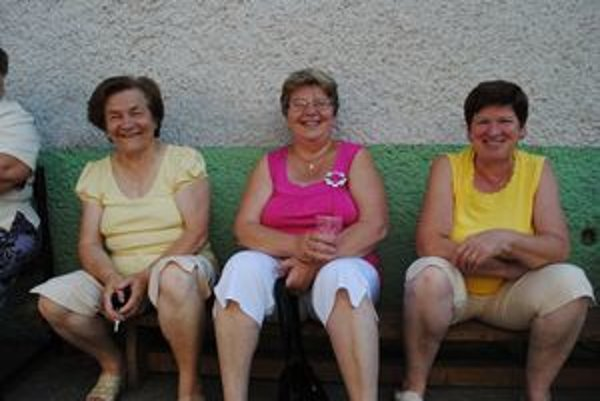 Kendičanky. ária Komová (vľavo), Helena Sabolová a Anna Stašíková (vpravo).