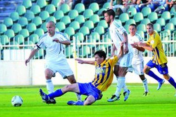 Hráči Tatrana Prešov (v bielom). Dnes nastúpia proti druholigistovi z Podbrezovej.