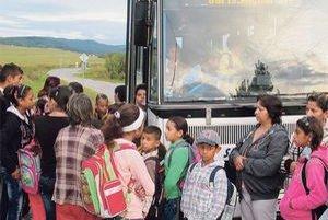 Autobus stojí každé ráno pri osade oddelenej od zvyšku dediny múrom. Do jedného spoja sa  250 detí smerujúcich do Šarišských Michalian nezmestí.