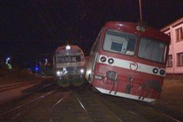 Zrážka. Vlaky prichádzajúce do stanice z Humenného a z Plavča sa stretli na jednej koľaji.