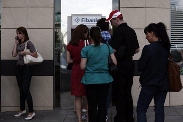 Minulý mesiac si ľudia vo veľkom množstve vyberali peniaze z bulharskej First Investment Bank.