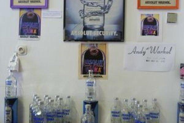 Výstava Objekty & Symboly Andyho Warhola. Inštalácia sa venuje optike nazerania na svet zakladateľa pop-artu.