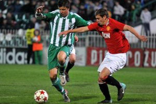 Útočník Prešova Matúš Marcin v súboji s Metthewom Wilkinsonom. Prešovský útočník robil zadným radom Manchestru United problémy.