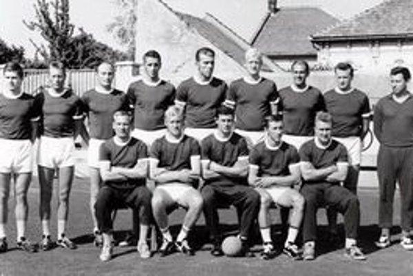 Vasil Greňo. Na archívnej snímke so spoluhráčmi je v hornom rade štvrtý sprava.