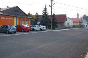 Miesto incidentu. Celý spor sa stal pred obecným úradom v Sačurove.