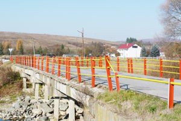 Prístupový most do obce Krušinec je v havarijnom stave. Kraj hľadá možné zdroje financovania nového oceľového mosta.