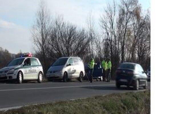 Tri zrazené autá. Policajti zastavili za ním idúce a do neho nabúralo tretie.