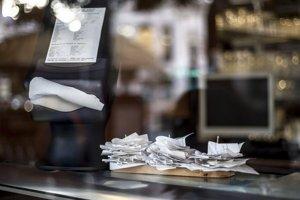 Ak  colníci či daniari predložia zamestnávateľovi bločky, ktoré prihlásili aj do bločkovej lotérie a vyhrali by, museli by si ich v prípade výhry pýtať naspäť. Podobne na tom budú, ak predložia bločky na spotrebiče, ktoré musia po čase reklamovať.