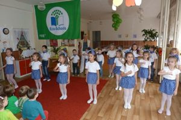 Materská škola 8. mája vo Svidníku oslavuje certifikát Zelená škola. Získala ho za predškolské vzdelávanie v environmentálnej oblasti.