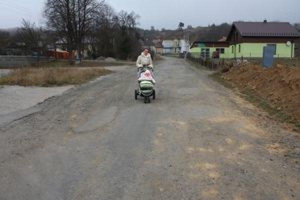 Problematická cesta. Do dier zapadajú kolesá áut aj detských kočíkov.
