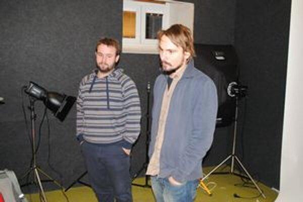Filmári Peter Kotrha (vľavo) a Adam Hanujlak.