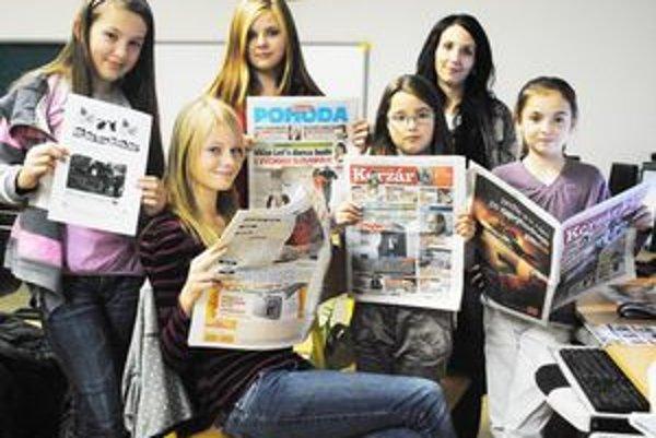 Dievčatá na novinárskom krúžku. Vyrábajú si vlastné noviny.