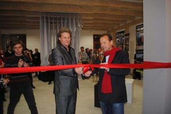 P. Marcinko a P. Hagyari spoločným prestrihnutím pásky otvorili v Prešove Creative Design Gallery.