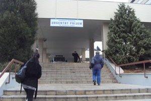 Fakultná nemocnica. Návštevy dochádzali za príbuznými spokojní aj s obavami.