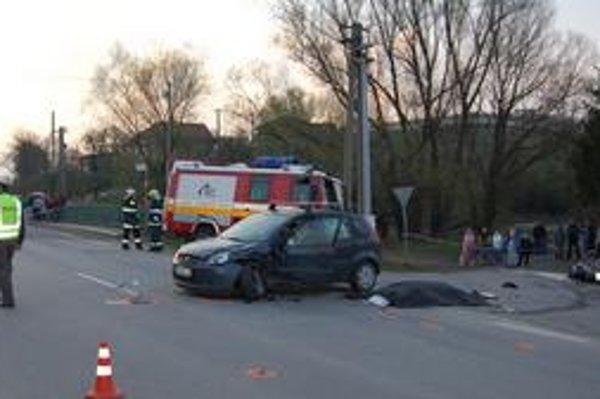 Mladý muž z Červenice zomrel pri skúšobnej jazde. Po náraze do auta bol na mieste mŕtvy. Ťažký stroj sa rozbil na márne kúsky.