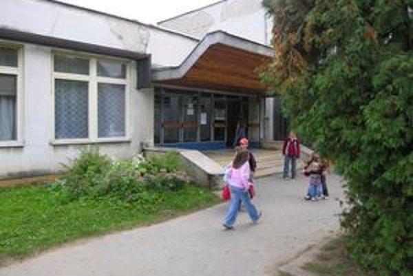 ZŠ Bajkalská. Na jej streche má vyrásť elektráreň.
