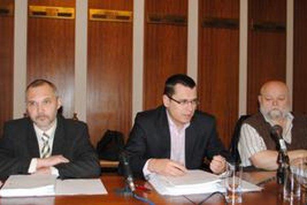 Dumajú. Juraja Hurného, Jozefa Višňovského a Ivana Benka (zľava) trápi IPZ.
