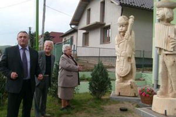 Nadrozmerné sochy. Odhalil ich starosta J. Hlavatý, J. Kostrábová a rezbár J. Antoňák.