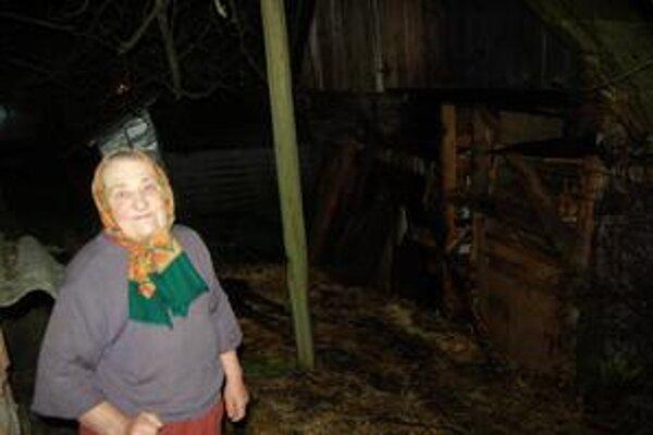 Babka. Na to, že jej horí stodola, ju upozornili susedia.