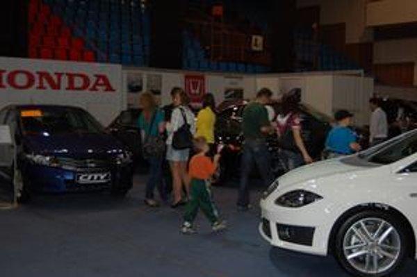 Výstava svet na kolesách. Autá lákajú mnoho Prešovčanov.