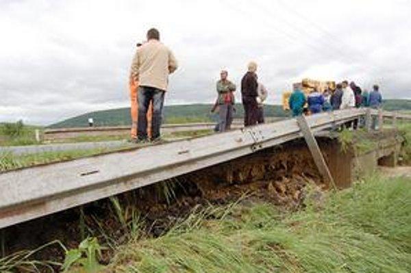 Rozbahnená voda. Narobila škody v obciach okolo Domaše.