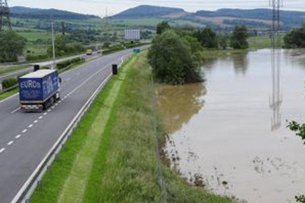 Voda dnes klesla aj pri diaľnici z Prešova do Košíc.
