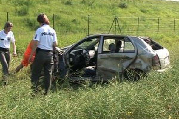 Prvá nehoda na novootvorenej diaľnici. Škoda Fabia vyletela z doposiaľ nezistených príčin z cesty.