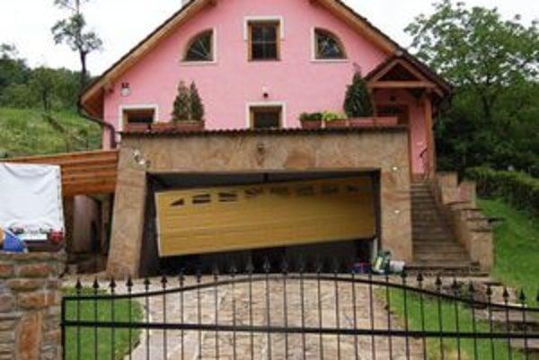 Dom Velčekovcov. Pohyb pôdy im narušil múry domu, zničil garážovú bránu.
