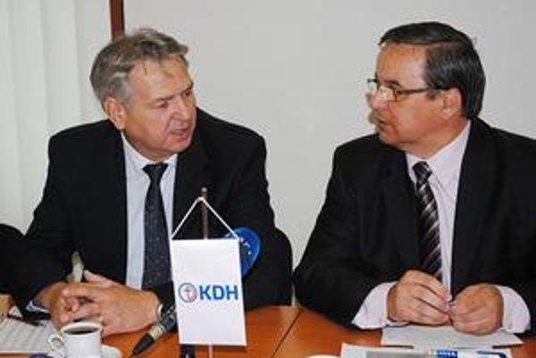 Striedanie stráží. Ján Hudacký (vľavo) nahradí v parlamente Stanislava Kahanca.