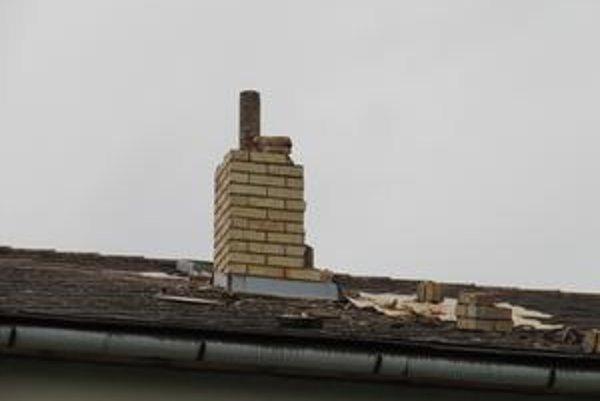 Komín na dome sa po zásahu blesku zosypal.