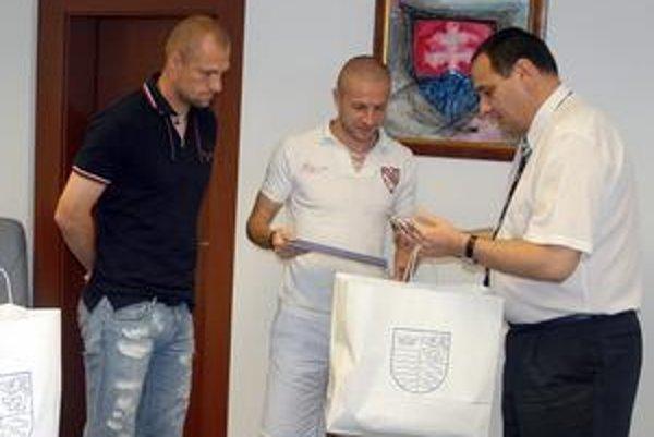 Reprezentanti u predsedu. M. Jakubko (vľavo) a S. Šesták neodišli od P. Chudíka naprázdno.