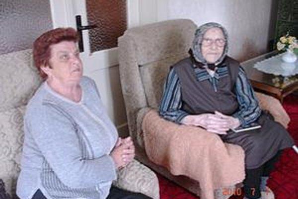 Oslávenkyňa s dcérou. Mária Buriová babku niekoľkokrát denne navštívi.