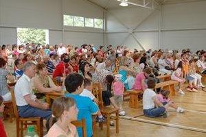 Kultúrny program. V novej telocvični predviedli svoje umenie aj žiaci miestnej školy.