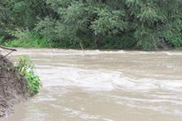 Ženijný most pod Ondavou. Hladina rieky sa cez noc zdvihla viac ako o meter.