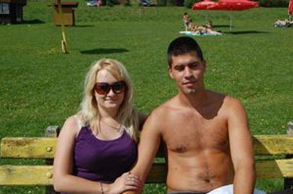 """Nika Jamnická z Košíc s priateľom: """"Je to tu útulnejšie a romantickejšie prostredie ako napríklad na Zemplínskej šírave. So službami sme spokojní. Problémom sú trošku pokazené cesty od záplav, ale dá sa to vydržať."""""""