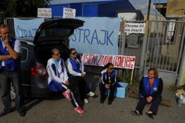 Štrajk v hencovských fabrikách stále pokračuje.