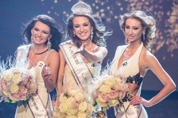 Miss Universe SR 2015 Denisa Vyšňovská (v strede) z Prievidze.