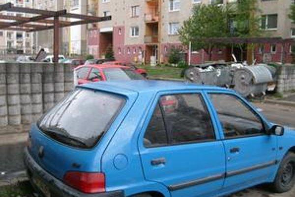 Sibírska ulica. Zaparkované autá často prekážajú pri vývoze odpadu.