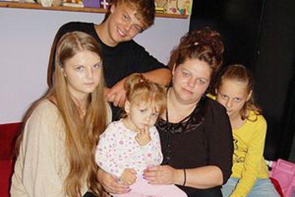 Vdova s deťmi. Najstarší syn chýba, študuje za kňaza. Sociálna poisťovňa rozhodla, že im spoločne patrí iba 433 eur.