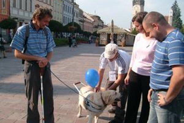 Ukážky s vodiacim psom. Emil Samoľ a jeho pomocníčka Tosca zaujali nielen deti.