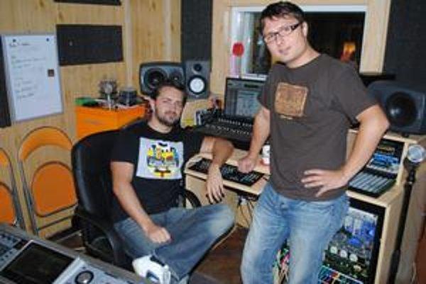 """V štúdiu spevák Peter Debnár (vpravo) a producent Vlado """"Rendy"""" Gnepa."""