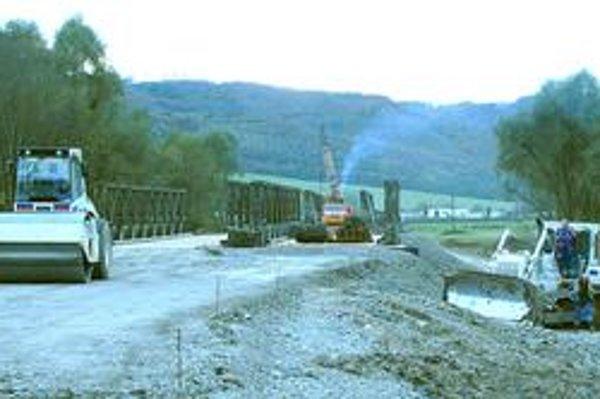 Rekonštrukcia cesty pri Miňovciach. Sprejazdnená by mala byť v novembri.