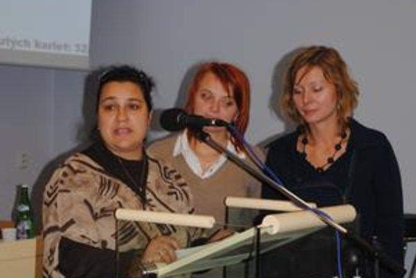 Mamičky bojujúce za škôlku. Juliana Mikolajová (za mikrofónom), Silvia Galdunová a Eika Bilá.