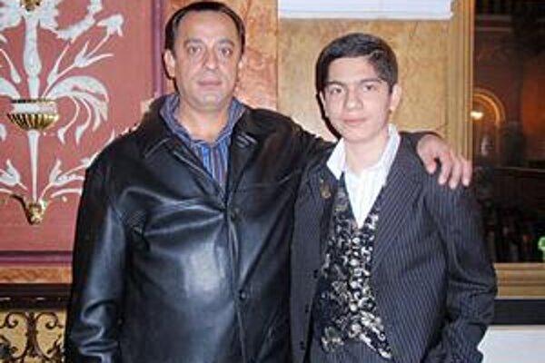 Talentovaný huslista. Ladislav Ferko s otcom.
