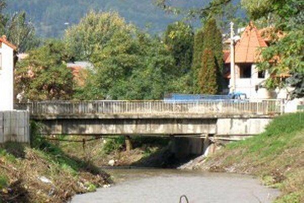 Most nad Handlovkou v blízkosti Nestlé.