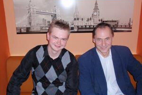 Vasil Dzadik (vľavo) a Štefan Joštiak. Dobrovoľníci zo Starej Ľubovne pomáhajú seniorom v Prešovskom regióne.