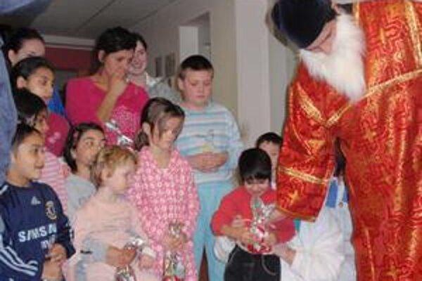 Mikuláš v nemocnici. Najväčšiu radosť mali deti zo sladkostí.